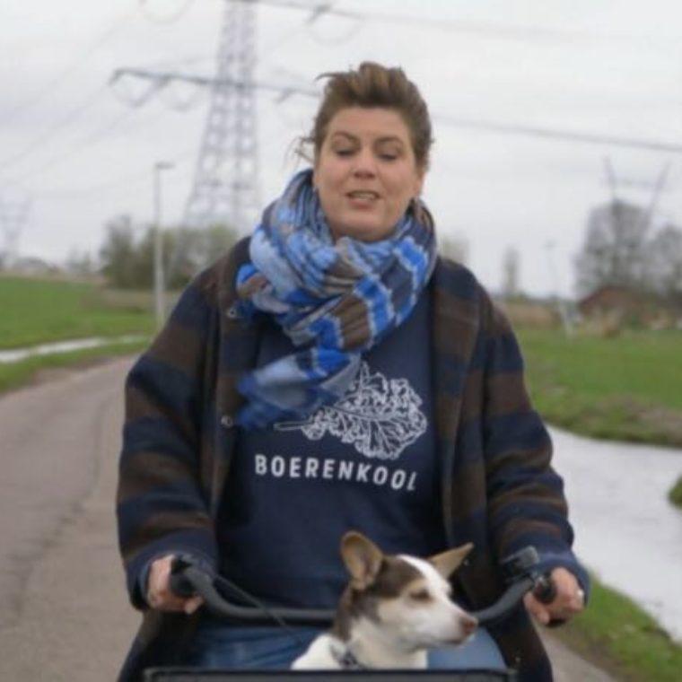 Yvette van Boven in boerenkooltrui