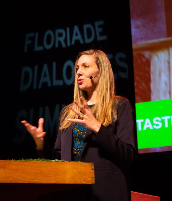 Helen Kranstauber modereert op Floriade Dialogues Summit, foto: Nichon Glerum